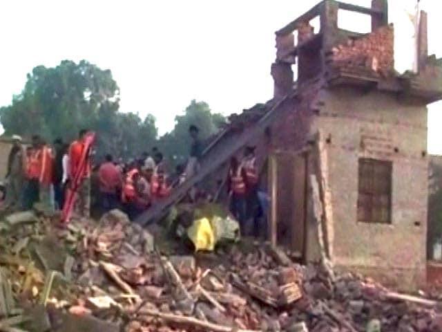 Videos : यूपी के चंदौली में निर्माणाधीन इमारत गिरी, 13 मरे