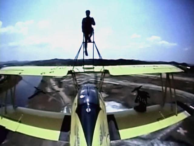 Video : उड़ते जहाज के पंखों पर करतब दिखाती महिलाएं