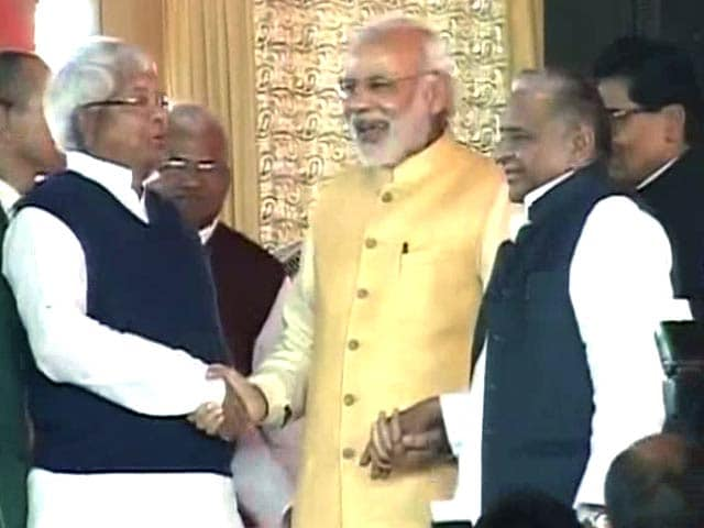 Video : PM Shares Rare Photo-Op and Rarer Bonhomie with Lalu and Mulayam
