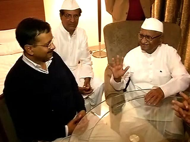 Video : On Land Ordinance, Anna Hazare and Arvind Kejriwal Unite to Embarrass Centre