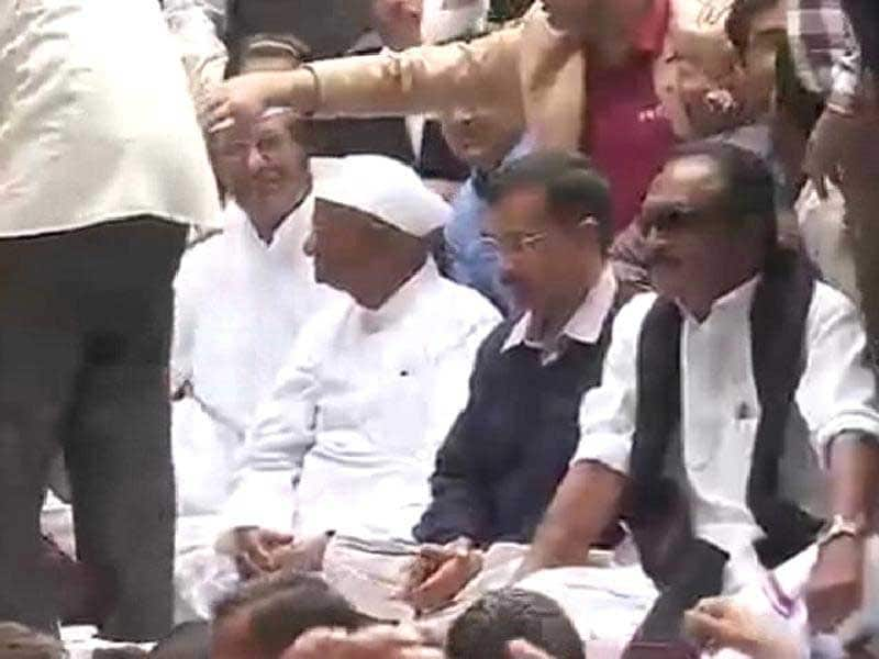 Video : Rapprochement Complete. Kejriwal Shares Stage With Anna in Delhi