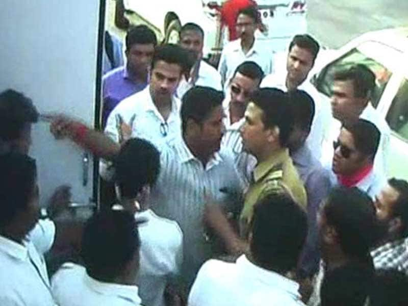 Video : Suspected MNS Workers Attack Toll Plaza in Navi Mumbai, 1 Official Injured