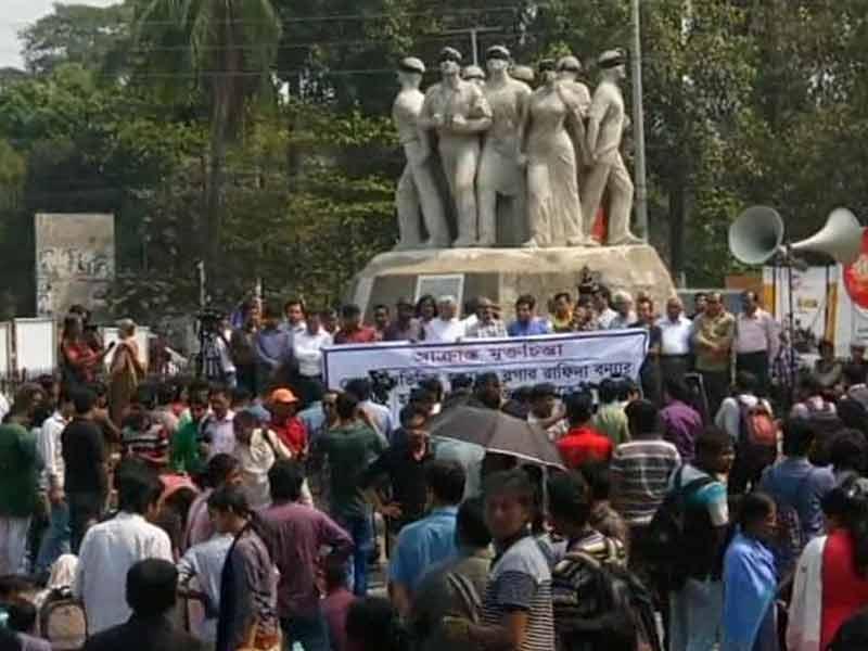 Video : Dhaka Pays Last Respects to Murdered Bangladeshi-American Blogger Avijit Roy
