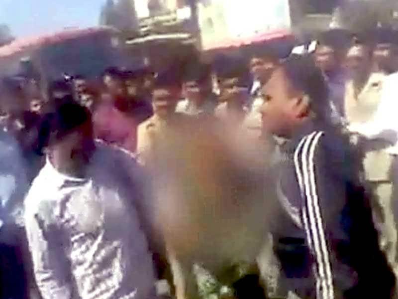 Videos : महाराष्ट्र : पुलिस ने की महिला की बर्बरता से पिटाई