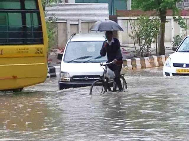 Video : Unseasonal Rain Lashes North India