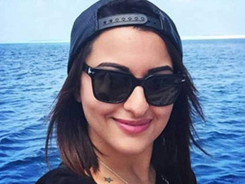 Video : Sonakshi Soaks Up the Sun