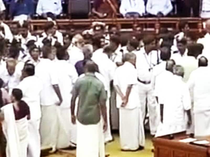 Video : केरल विधानसभा में हंगामा, स्पीकर की कुर्सी फेंकी, तोड़फोड़-हाथापाई