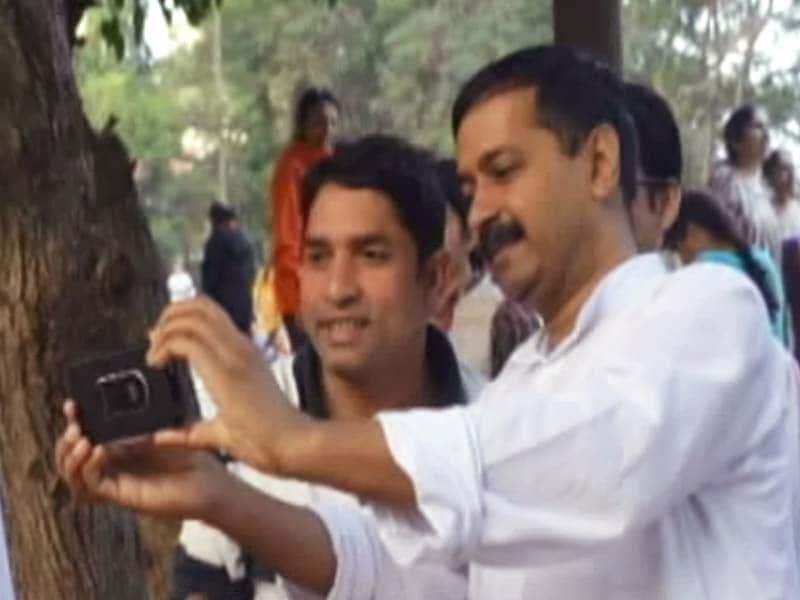 Video : बेंगलुरु में सेल्फी खींचना सिखाते दिखें केजरीवाल
