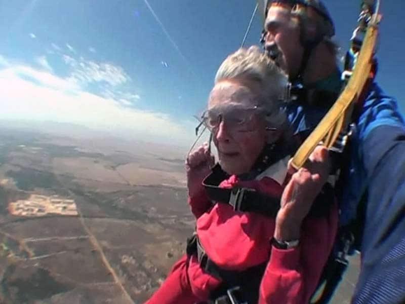 Videos : 100 वर्ष की उम्र में महिला ने की स्काईडाइविंग
