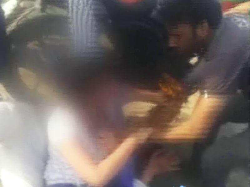 Videos : यूपी : लड़की और उसके दोस्त की पिटाई कर बनाया वीडियो