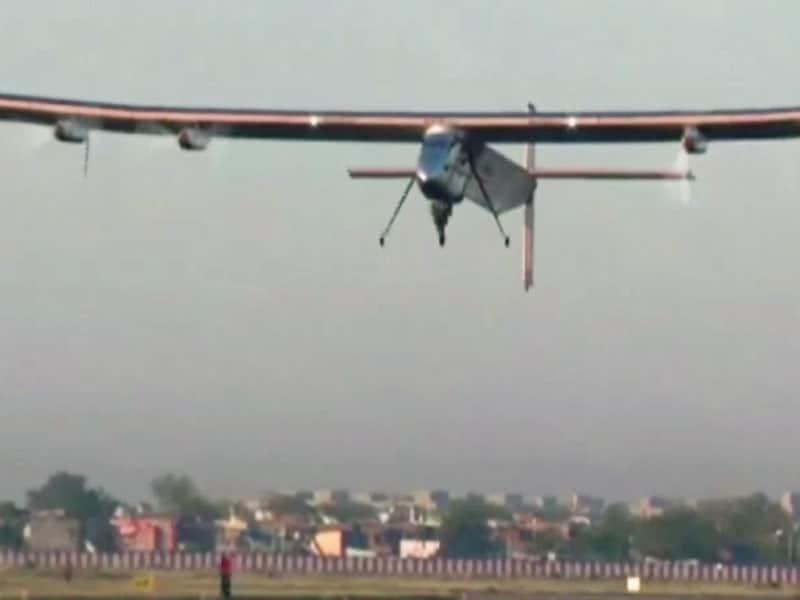 Video : सोलर पावर से उड़ने वाले विमान ने वाराणसी के लिए उड़ान भरी
