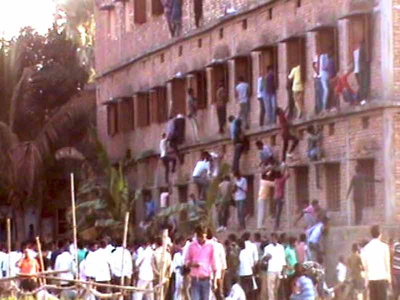 Videos : बिहार में बोर्ड परीक्षा में धड़ल्ले से नकल
