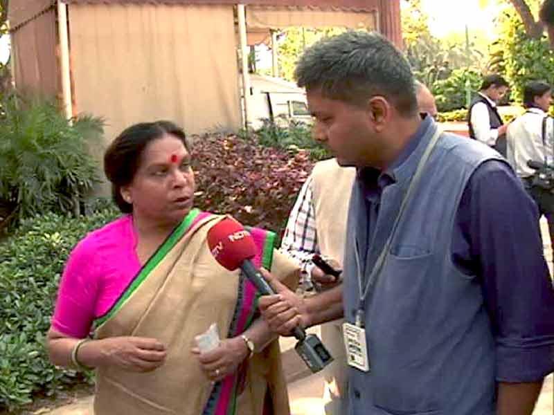 Videos : पत्नी के साथ सफर कर रहे मंत्री से ट्रेन में लूटपाट