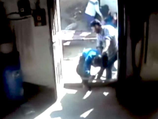 Videos : कैमरे में कैद : संगरूर में घर में घुसकर महिलाओं की पिटाई