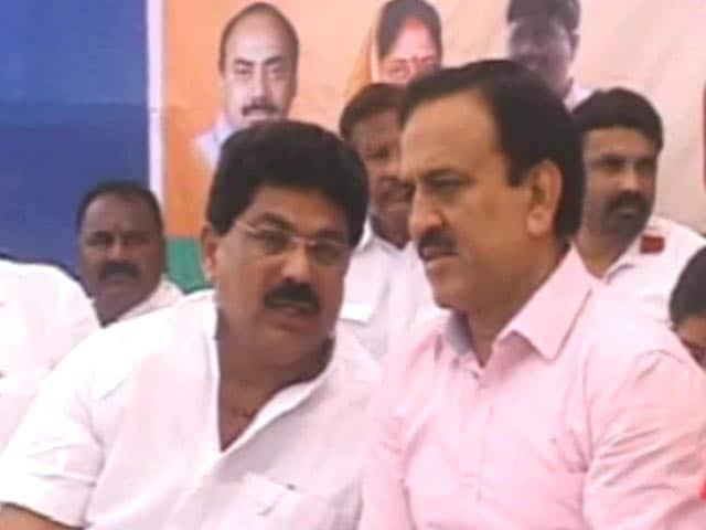 Videos : छात्रों के बीच हथियार की नुमाइश पर सवालों में महाराष्ट्र के मंत्री