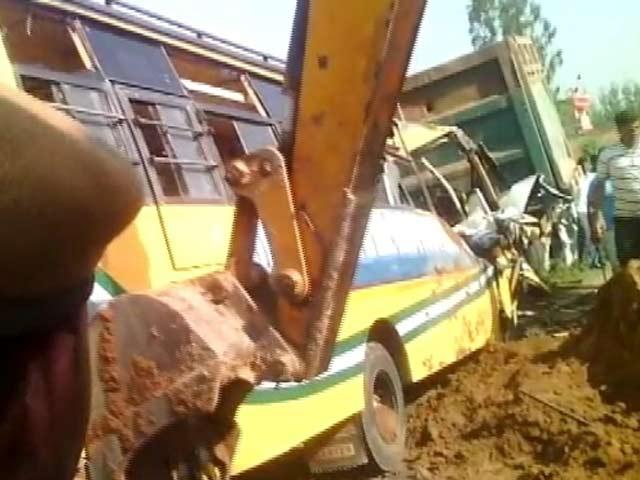 Video : अंबाला में डंपर से टकराई बस, 6 शिक्षकों और 2 छात्रों की मौत