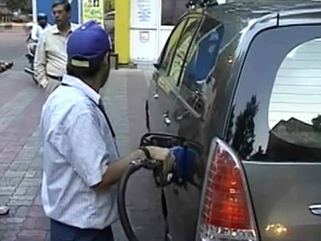 Video : पेट्रोल 49 पैसे, डीजल 1.21 पैसे सस्ता