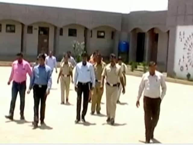 Video : अकोला : शिक्षक पर करीब 50 बच्चियों से छेड़खानी का आरोप