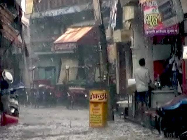 Video : मथुरा में गिरे 100-100 ग्राम के ओले