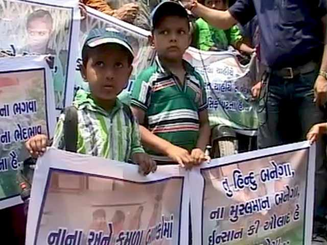 Videos : अहमदाबाद : स्कूल यूनिफॉर्म के रंग को लेकर सांप्रदायिक विवाद