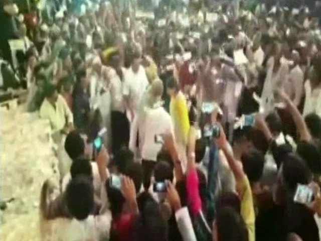 Video : Gujarat BJP Lawmaker Showers Cash at Community Event, Says it's 'Donation'