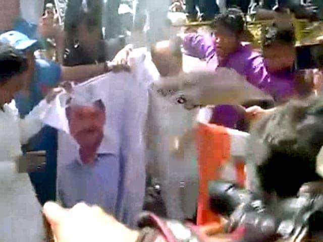 Video : यूथ कांग्रेस का अरविंद केजरीवाल के घर के पास प्रदर्शन