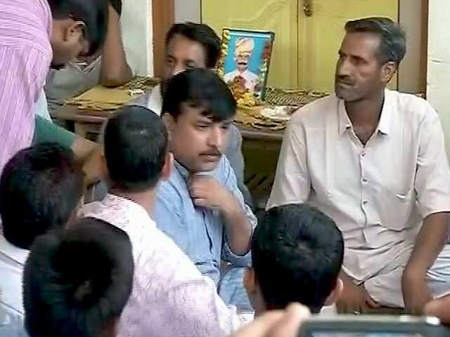 Videos : मृतक गजेंद्र के घर पहुंचे AAP नेता