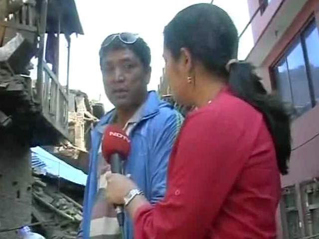 Video : Nepal Earthquake: Digging With Bare Hands, Man Finds Sister's Body in Debris