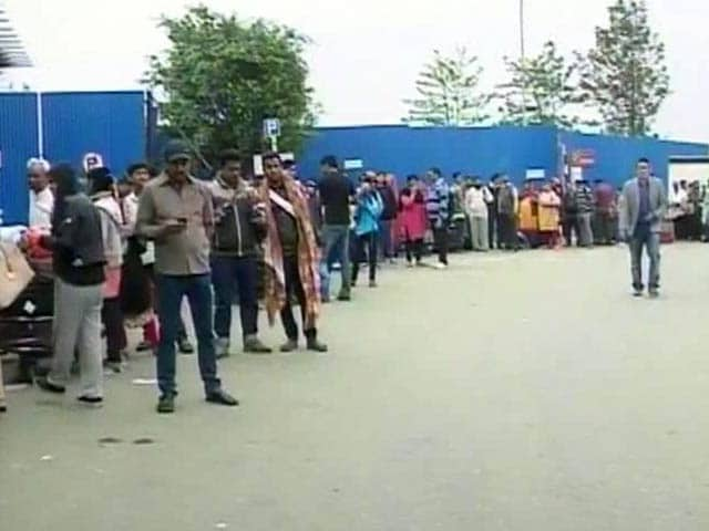 Video : Hundreds Queue Up Outside Kathmandu Airport in Hope of Way Out