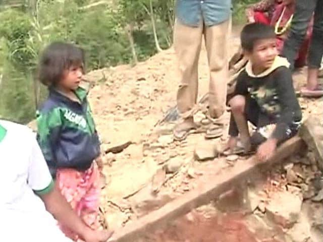 Video : Nepal Earthquake: Half the Village Held up the Roof, Others Dug up These Siblings