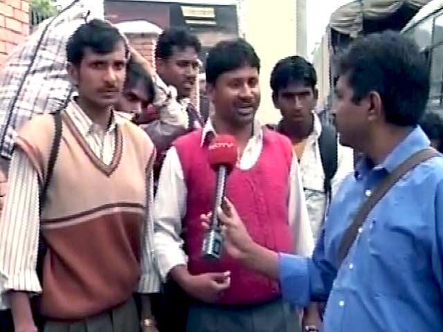 Videos : भारत बॉर्डर तक पहुंचाने के लिए प्राइवेट गाड़ियां वसूल रही हैं 5000 रुपये