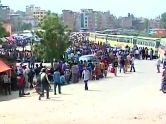Videos : बसों के जरिये नेपाल से देश लौट रहे हैं लोग