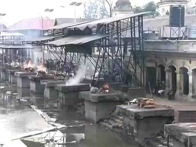Video : Amid Mass Cremations in Nepal, a Village Comes Out for 6 of a Family from Singapore