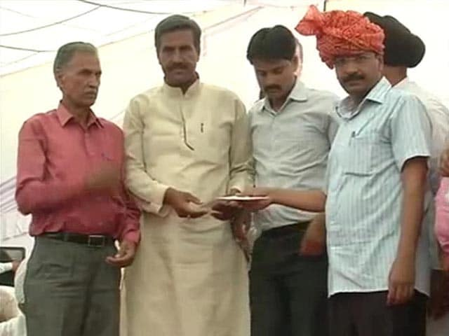 Video : Arvind Kejriwal's Tribute to Farmer Gajendra Singh, who Hanged Himself at his Rally