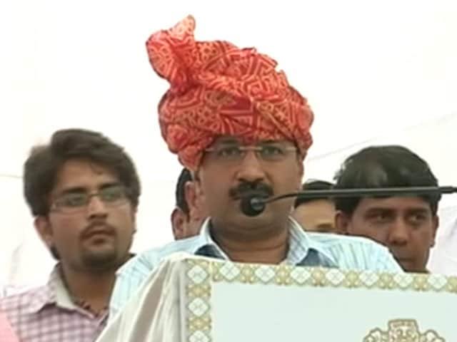 Video : दिल्ली सरकार ने किसानों को बांटे मुआवजे के चेक