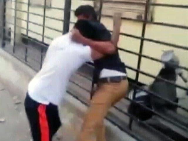 Videos : हैदराबाद में सड़क पर खेल-खेल में गई जान