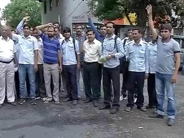 Video : डीटीसी कर्मचारियों की हड़ताल जारी रहने से यात्री बेहाल