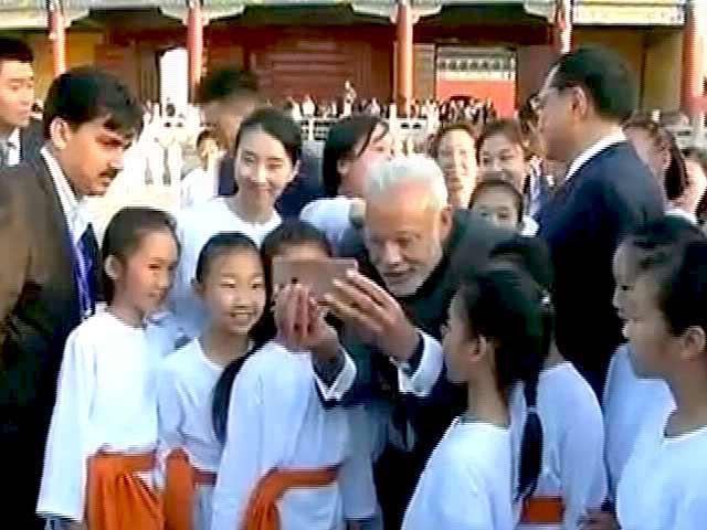 Videos : बीजिंग में पीएम मोदी ने बच्चों संग ली सेल्फी
