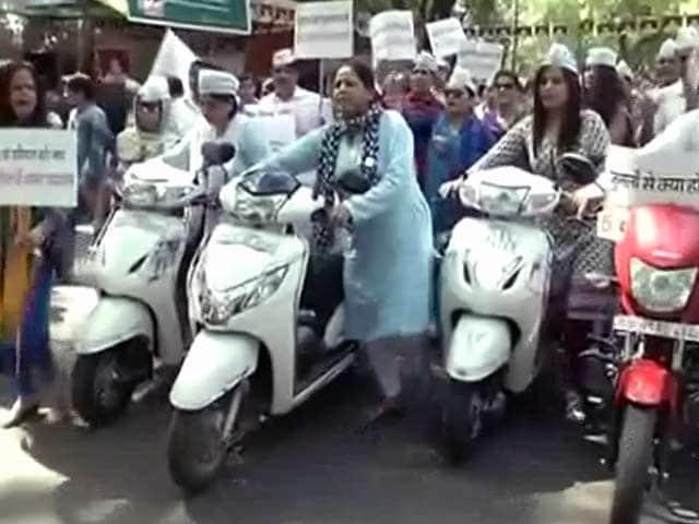 Video : पेट्रोल-डीजल दाम बढ़े : आप पार्टी का विरोध प्रदर्शन