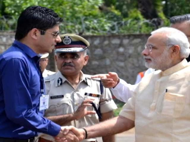 Video : IAS Officer Denies Defence on WhatsApp Over Meeting PM Modi in Casuals