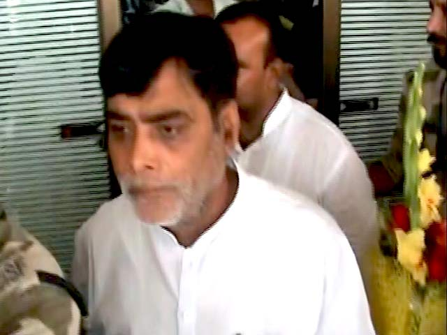 Video : #NoVIP: Woman Inspector Stops Minister From Breaking the Rules at Patna Airport