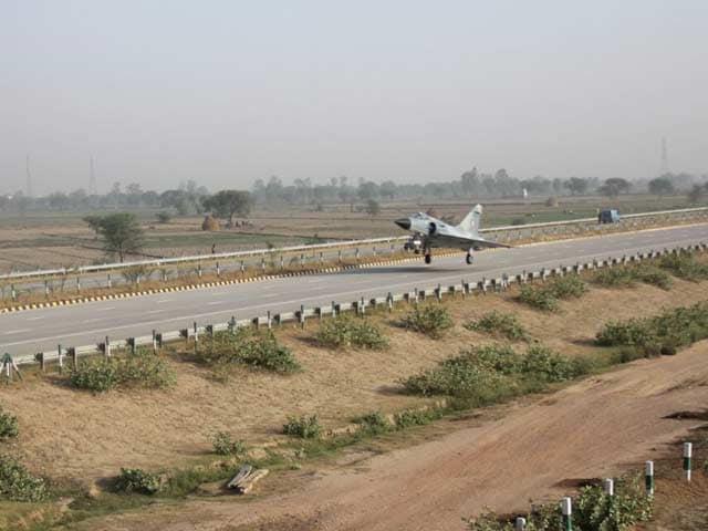 Video : Mirage 2000 Fighter Jet Test Lands on Yamuna Expressway Near Delhi as Part of Trials