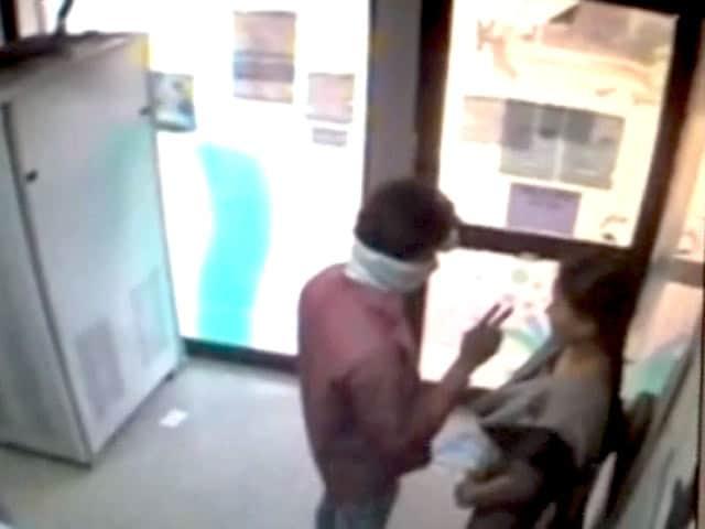 Videos : कैमरे में कैद : हैदराबाद में एटीएम के अंदर महिला से लूट