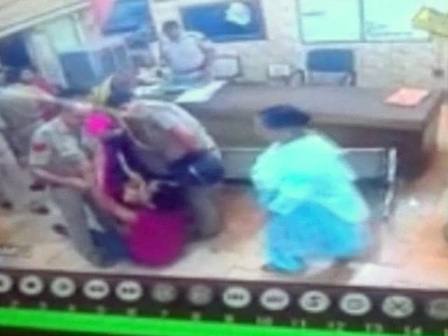 Video : थाने में दो पुलिसवालों ने वकील से की बदसलूकी, घटना कैमरे में कैद