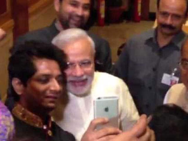 Video : PM Modi Attends Wedding Reception of Digvijaya Singh's Son, Clicks Selfie