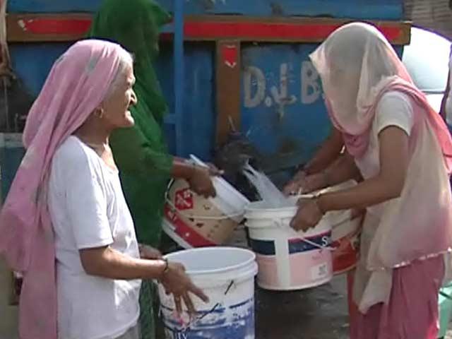 Video : दिल्ली में कई जगहों पर अब भी पानी के लिए तरस रहे हैं लोग