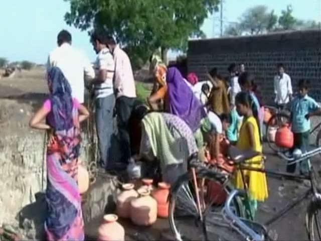 Video : महाराष्ट्र के बीड में गहराया पानी का संकट, कुंओं में उतरकर पानी भर रहे हैं लोग