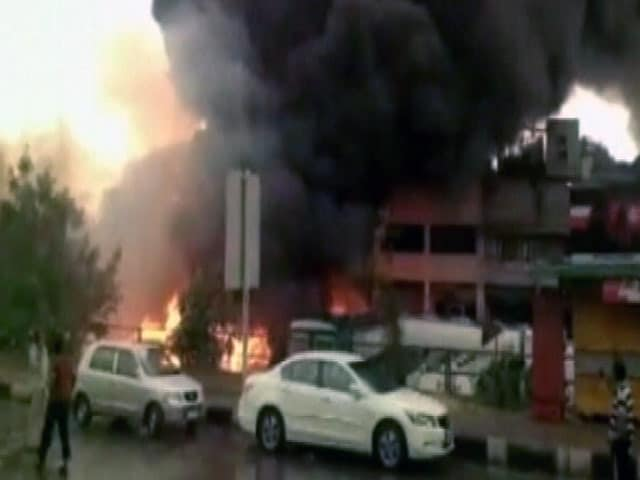 Video : दिल्ली : पंजाबी बांग के ट्रांसपोर्ट नगर में भीषण आग