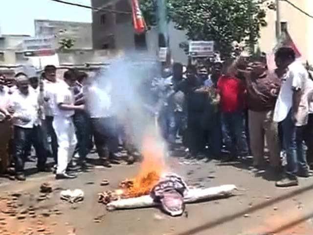 Video : दिल्ली में पानी की किल्लत को लेकर केजरीवाल सरकार के खिलाफ बीजेपी का प्रदर्शन