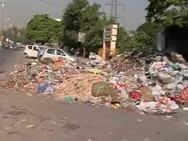 Video : Garbage Piles Up in Delhi as Sanitation Workers Continue Strike; Chief Minister Calls Meeting